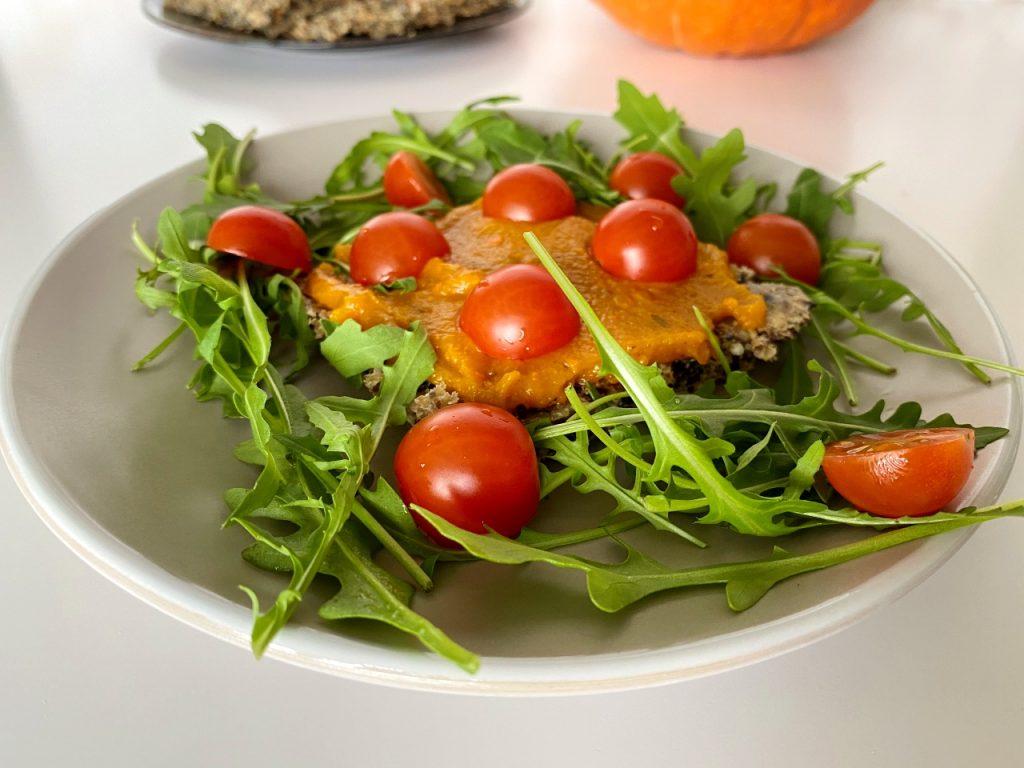 eenvoudige pompoenspread vegan tomaten rucola