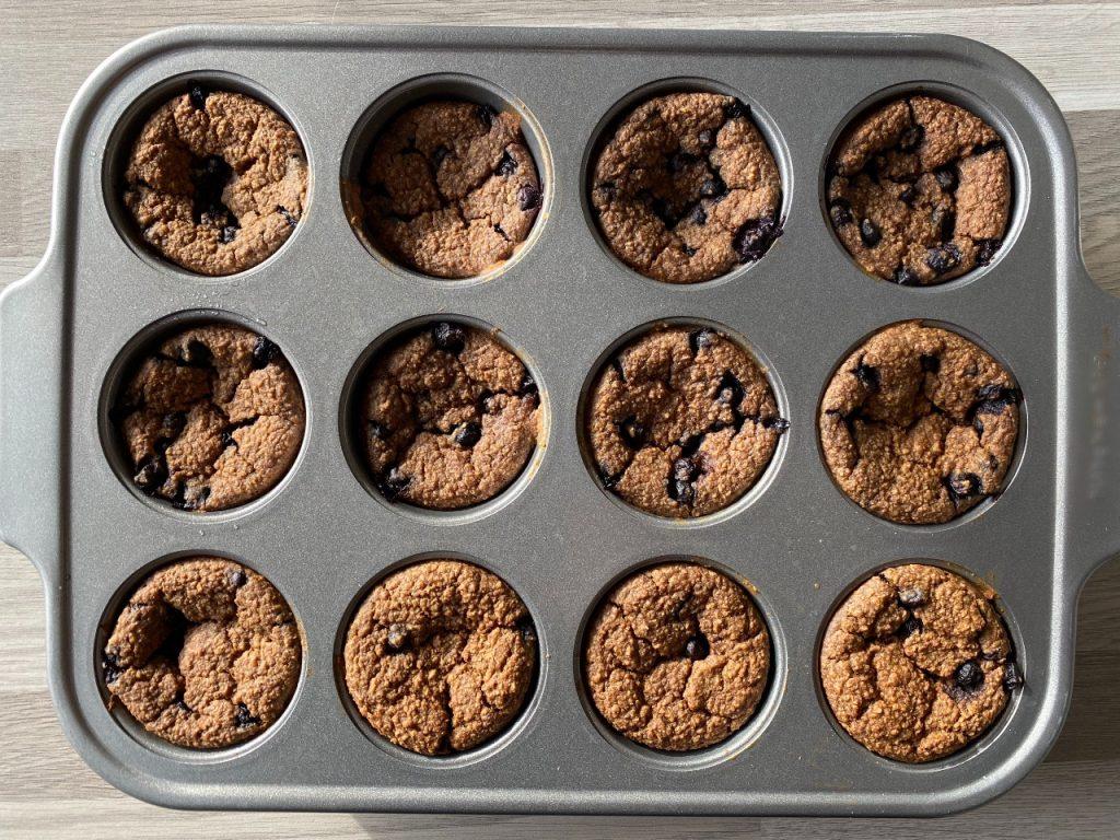 vegan muffins met banaan en blauwe bessen muffinvorm