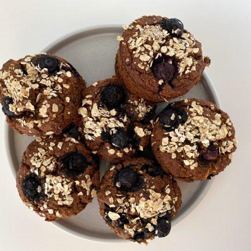 gezonde vegan muffins met blauwe bessen en havermout topping