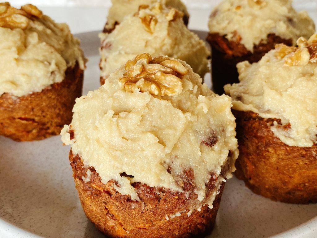 vegan worteltaart muffins met glazuur