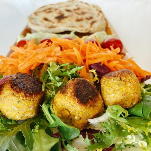 falafel van lupinebonen met rauwkost
