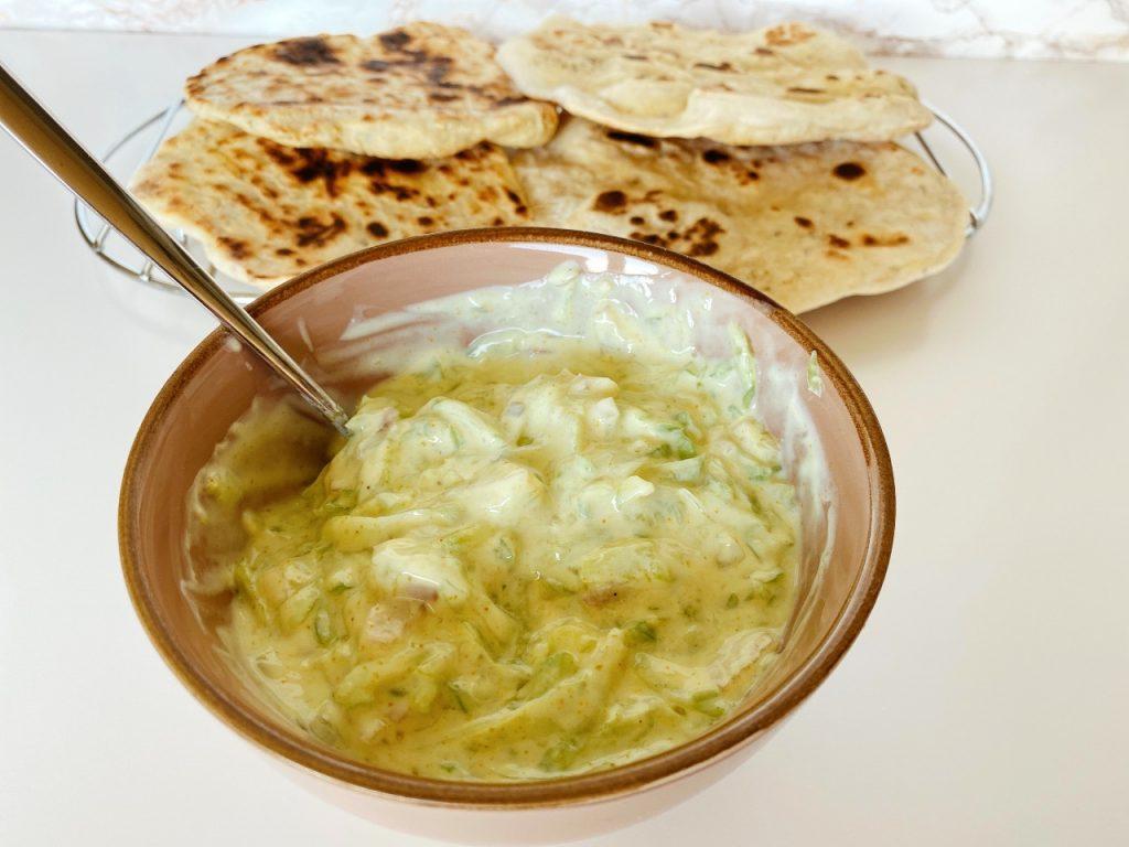 raita met plantaardige yoghurt naan