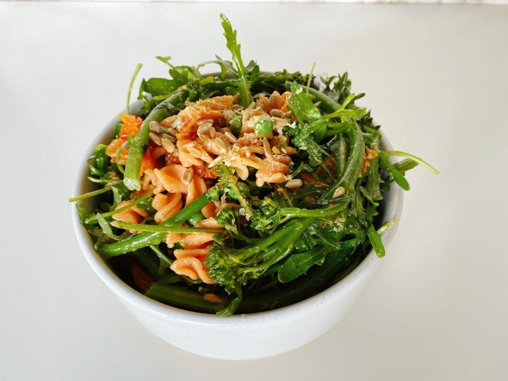 snelle vegan pastasalade met broccolini