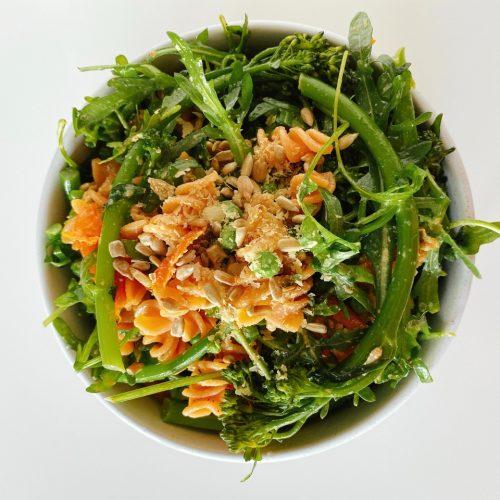 snelle vegan pastasalade met zongedroogde tomaten