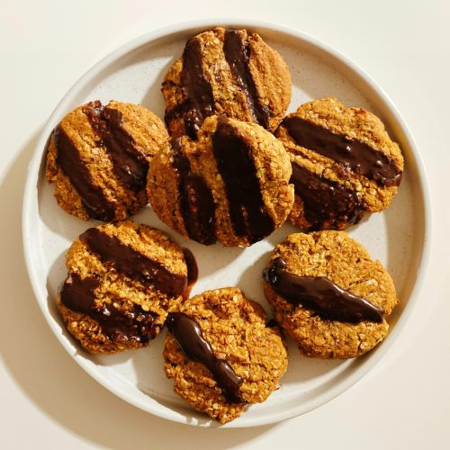 vegan havermoutkoekjes met dadels en pindakaas en chocolade