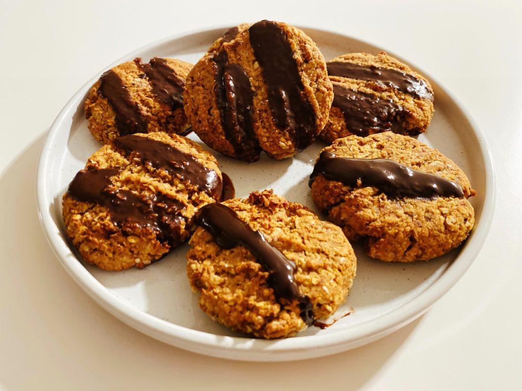 vegan havermoutkoekjes met pindakaas en chocolade