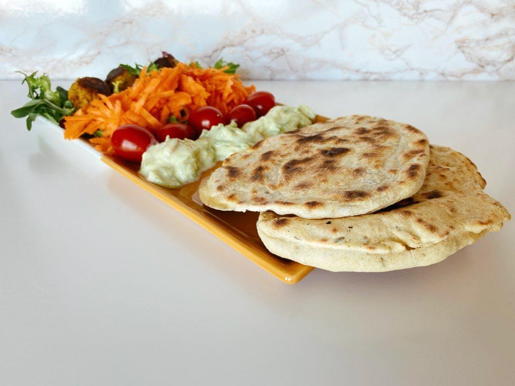 vegan naanbrood met raita groenten en falafel
