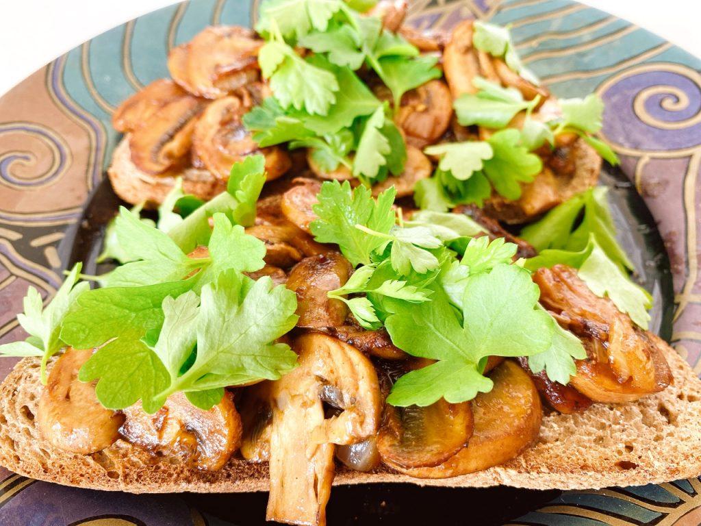 eenvoudige vegan toast champignon peterselie