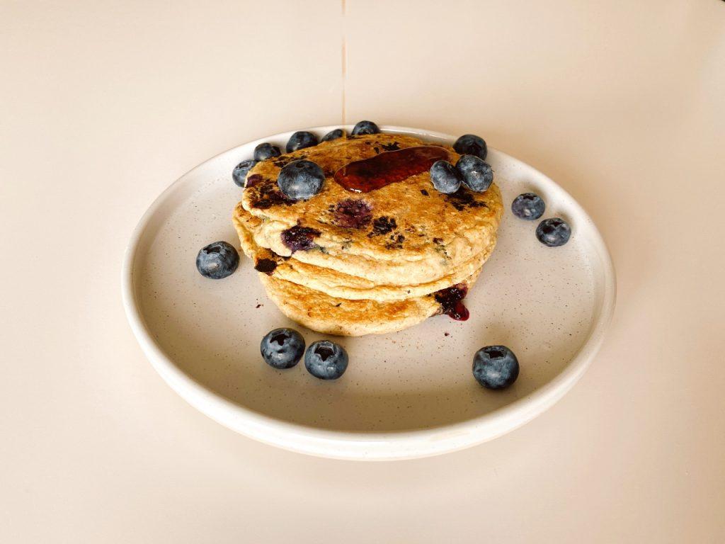 vegan American pancakes met blauwe bessen en ahornsiroop