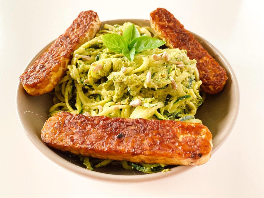 courgetti met vegan avocadopesto basilicum tempeh
