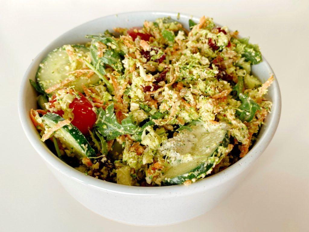 vegan salade met broccolirijst en dressing