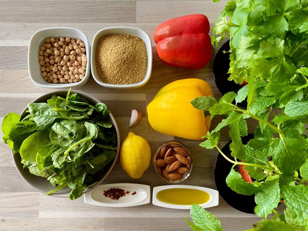 Couscous met verse kruiden, paprika en kikkererwten ingrediënten