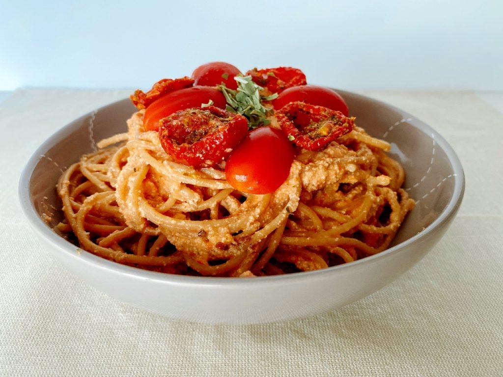 plantaardige pasta met tomatensaus